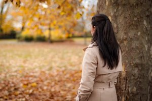 woman standing by a tree needs depression treatment